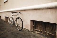 Винтажный велосипед на фото улицы Стоковое фото RF