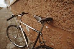 Винтажный велосипед на фото улицы Стоковая Фотография RF