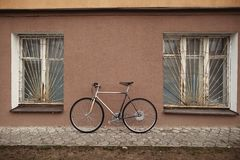 Винтажный велосипед на фото улицы Стоковые Изображения
