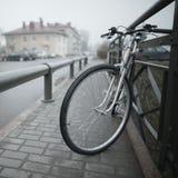 Винтажный велосипед на фото улицы Стоковые Фотографии RF