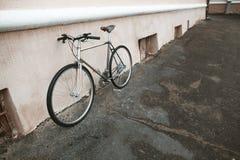 Винтажный велосипед на фото улицы Стоковая Фотография