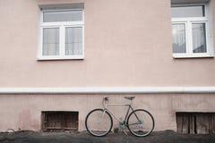 Винтажный велосипед на фото улицы Стоковое Изображение RF