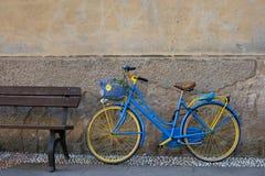 Винтажный велосипед около деревянной скамьи Стоковые Изображения