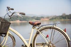 Винтажный велосипед, предпосылка река Стоковые Изображения