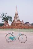 Винтажный велосипед стиля в предпосылке старого городка, Ayutthya Стоковые Изображения RF