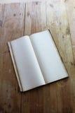 Винтажный гроссбух открытый к пустым страницам стоковое изображение rf