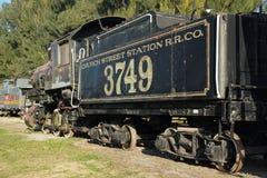 Винтажный двигатель поезда с автомобилем угля от железной дороги станции улицы церков стоковая фотография rf
