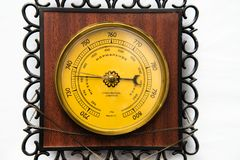 Винтажный деревянный барометр изолированный на белой предпосылке, барометр домочадца стоковое фото