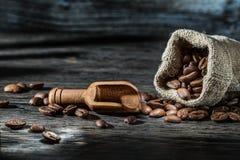 Винтажный деревянный ветроуловитель и фасоли кофе с мешком стоковое фото