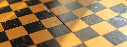 Винтажный деревянный шахмат на шахматной доске Стоковая Фотография RF