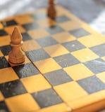Винтажный деревянный шахмат на шахматной доске Стоковые Фотографии RF