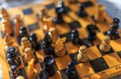 Винтажный деревянный шахмат на шахматной доске Стоковые Изображения RF