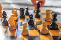 Винтажный деревянный шахмат на шахматной доске Стоковое Изображение RF