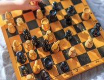 Винтажный деревянный шахмат на шахматной доске Стоковое Изображение