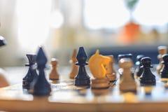 Винтажный деревянный шахмат на шахматной доске Стоковые Изображения
