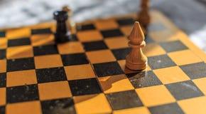Винтажный деревянный шахмат на шахматной доске Стоковое фото RF