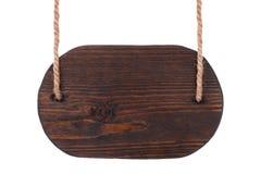 Винтажный деревянный шильдик темной древесины, вися на веревочках изолировано Стоковое Фото