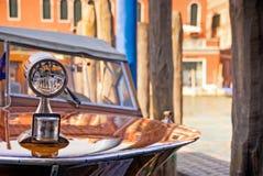 Винтажный деревянный быстроходный катер в грандиозном канале, Венеция 1960s, Италия Стоковое Изображение