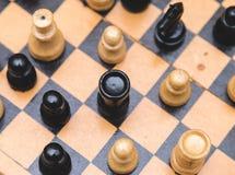 Винтажный деревянный шахмат на крупном плане шахматной доски Стоковые Фотографии RF