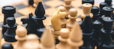 Винтажный деревянный шахмат на крупном плане шахматной доски Стоковое Фото