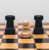 Винтажный деревянный шахмат на крупном плане шахматной доски Стоковые Изображения
