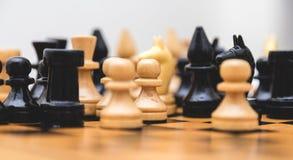 Винтажный деревянный шахмат на крупном плане шахматной доски Стоковое Изображение RF