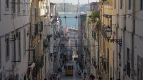 Винтажный желтый трамвай в улице Лиссабона, Португалии сток-видео