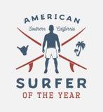 Винтажный занимаясь серфингом плакат с досками человека, shaka, ладони и прибоя иллюстрация вектора