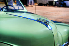 Винтажный зеленый клобук и орнамент фронта автомобиля Стоковые Изображения
