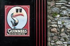 Винтажный знак Гиннесса вне паба Стоковое Фото