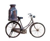 Винтажный изолированные велосипед и алюминиевые ведра или консервная банка молока стоковая фотография rf