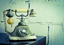Винтажный изолят телефона на таблице Стоковое Изображение