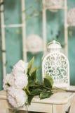 Винтажный интерьер загородного дома с таблицей с вазой и flovers Стоковые Фото