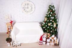Винтажный интерьер рождества - рождественская елка, подарочные коробки и deco Стоковое Изображение
