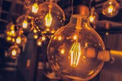 Винтажный интерьер стиля просторной квартиры смертной казни через повешение электрической лампочки вольфрама стоковые фотографии rf