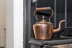 Винтажный и античный медный чайник на викторианской плите в trad Стоковое Изображение