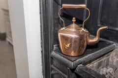 Винтажный и античный медный чайник на викторианской плите в trad Стоковые Фотографии RF