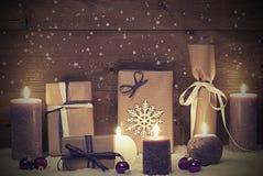 Винтажный и затрапезный шикарный фиолетовый подарок рождества с свечой, звездами Стоковое Изображение