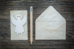 Винтажный карандаш ангела листа конвертной бумаги на черной доске Стоковое фото RF