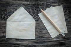 Винтажный карандаш конвертной бумаги на черной доске Стоковое Изображение RF