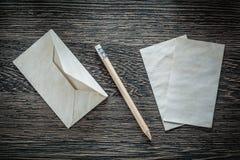 Винтажный карандаш конвертной бумаги на черном взгляд сверху доски Стоковое фото RF