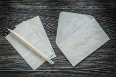 Винтажный карандаш листа конвертной бумаги на черной доске Стоковая Фотография RF