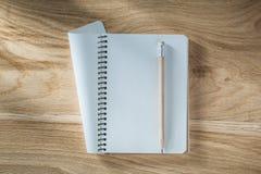 Винтажный карандаш тетради на деревянной доске Стоковая Фотография RF