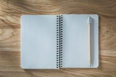 Винтажный карандаш тетради с прописями на деревянной доске Стоковые Фото