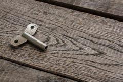 Винтажный ключ замотки часов на деревенской древесине Стоковое Изображение