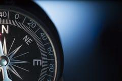 Винтажный компас в голубой предпосылке стоковое изображение