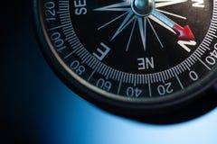 Винтажный компас в голубой предпосылке стоковое изображение rf
