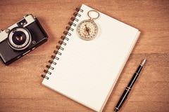 Винтажный компас на примечании и авторучке книги Стоковые Изображения RF