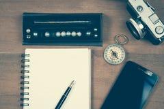 Винтажный компас на примечании и авторучке книги Стоковые Фото