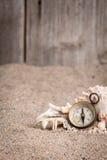Винтажный компас с деревянной загородкой и песочной предпосылкой Стоковая Фотография